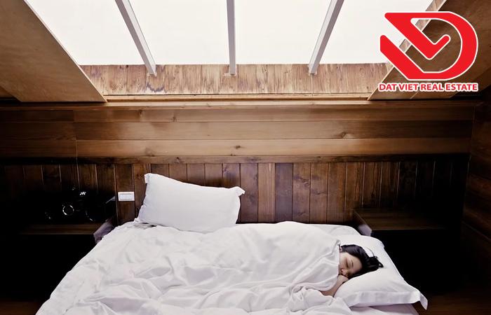Đặc biệt không được kê giường ngủ dưới cửa sổ