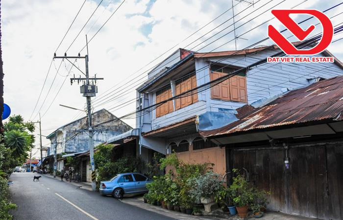 Không nên mua nhà nằm ở trên dốc hoặc dưới dốc