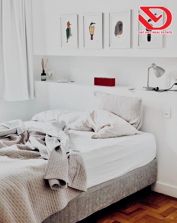 Những đồ điện tử như ti vi, máy tính, điện thoại trong khu vực phòng ngủ sẽ hấp thụ nhiều năng lượng và gây ra tình trạng mất tập trung, mất ngủ hoặc nhiễu loạn giấc ngủ của bạn.