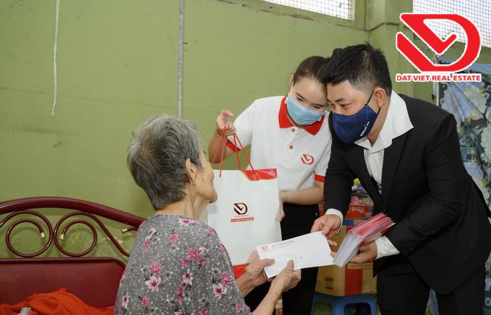 Công ty Đất Việt trao quà và ân cần thăm hỏi- động viên những hoàn cảnh khó khăn.